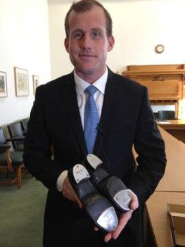 """... nghị sĩ đối lập Wotherspoon phản biện bằng một đôi """"tap shoes"""" (Stefani Langenegger/CBC)"""