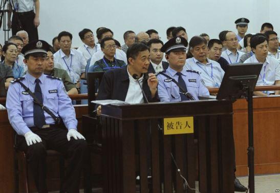 Bạc Hy Lai lắng nghe lời khai của Vương Lập Quân, cựu giám đốc công an Trùng Khánh (không có trong hình), tại Tòa án Nhân dân Trung cấp Tế Nam ngày 24/8/2013 (AP)