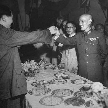 Mao Trạch Đông, trái, và Tưởng Giới Thạch cụng ly tại tiệc ăn mừng Nhật đầu hàng và chấm dứt Đệ Nhị Thế Chiến, tháng 9/1945. (Ảnh: Jack Wilkes/The LIFE Picture Collection/Getty Images).